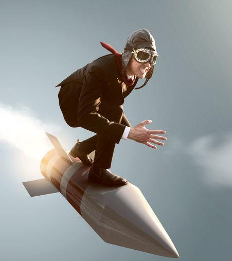 Mann balanciert auf fliegender Rakete